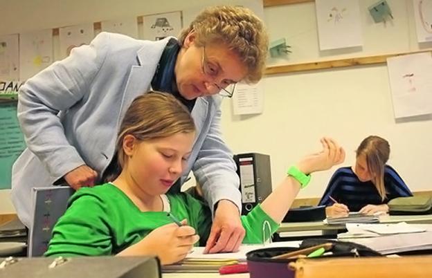 Auf die Fragen der Schüler gehen die Lehrer beim selbstgesteuerten Lernen individuell ein – so wie hier Ulrike Rupieper, die Schulleiterin der Teamschule. [WA, Foto: Guboff]